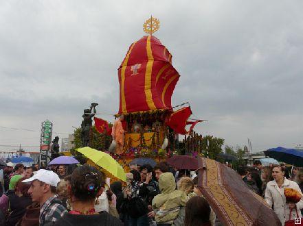 Немного о кришнаитах:  в Днепропетровске состоялось шествие в честь ведического праздника (Фото)