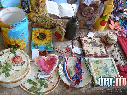 Особое внимание привлекали украшения из бисера и стразов, ручные изделия из ткани, цветочные композиции, аксессуары...