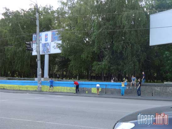 В Днепропетровске активисты разрисовали забор в национальные цвета (ФОТО), фото-1
