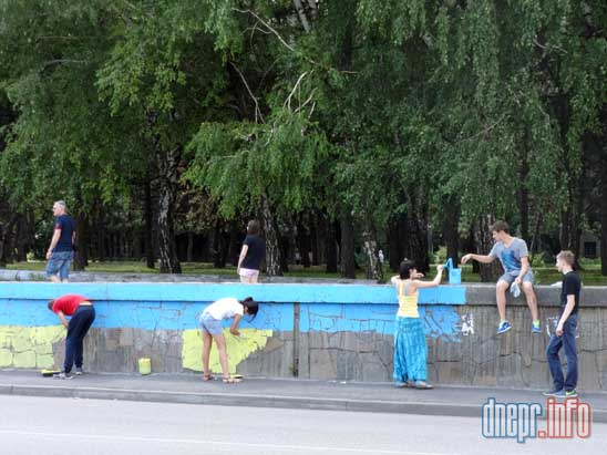 В Днепропетровске активисты разрисовали забор в национальные цвета (ФОТО), фото-2