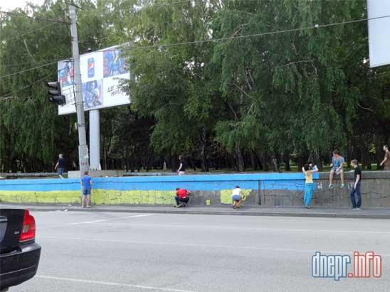 В Днепропетровске активисты разрисовали забор в национальные цвета (ФОТО), фото-3