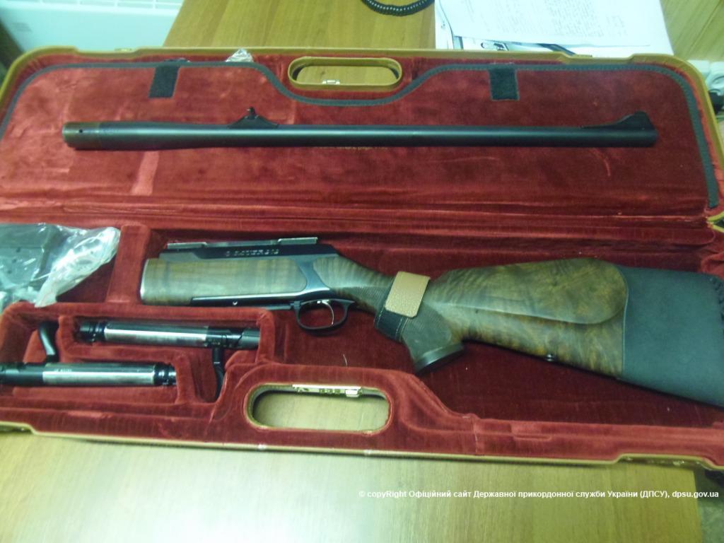 """Вчера в контрольном пункте  """"Чонгар """" пограничники обнаружили большое количество охотничьего оружия и боеприпасов."""
