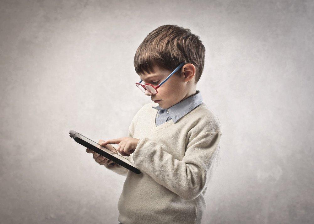 Ученые выяснили, что планшеты тормозят мозговую деятельность детей