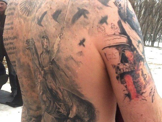 Днепропетровец Денис Канахин заканчивает свою татуировку с изображением последних событий в нашей стране. Работал над ней он целый год: прошел 18 сеансов по 4 часакаждый.