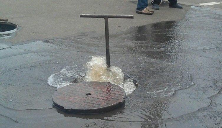 В районе Днепропетровского областного логистического центра люк превратился в фонтан.