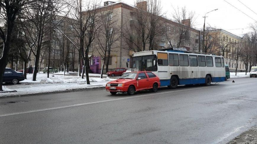 В Днепропетровске троллейбус врезался в автомобиль. Движение затруднено.