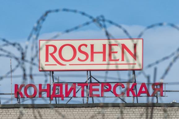 Вход на фабрику заблокирован людьми в масках. Помимо них присутствовали и сотрудники ФСБ.