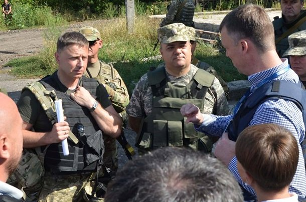 Наблюдатели ОБСЕ на встрече с украинскими военными / Пресс-центр АТО