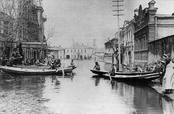 Возле театра Оперы и балета 1908