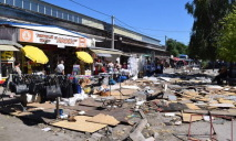 Стихийный рынок на Боброва продолжает работать даже после сноса