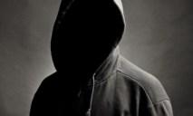Неизвестный мужчина в капюшоне нападает на детей в Днепре