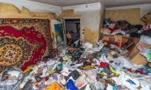Жительница Днепра превратила свою квартиру в мусорную свалку