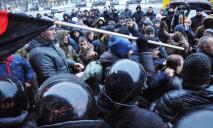 Митинг против Александра Вилкула в Днепре: плотные заслоны, слезоточивый газ и дети, ставшие заложниками (ФОТО, ВИДЕО)