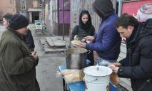 В Днепре накормили бездомных и предложили им работу