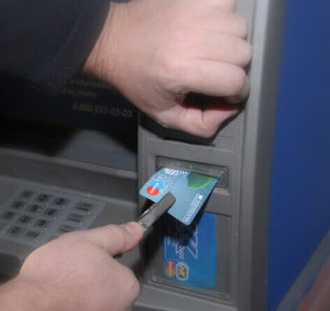 bankomat-zabral-kartu