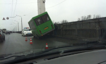 С моста чуть не слетела маршрутка с пассажирами
