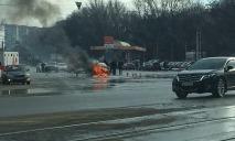 На Богдана Хмельницкого посреди дороги горит авто
