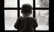 На Днепропетровщине из окна пятого этажа выпрыгнул ребенок
