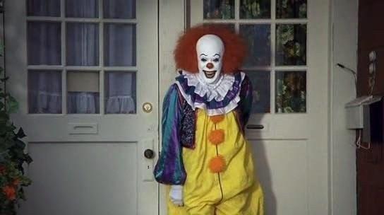 Фильм поет в костюме клоуна