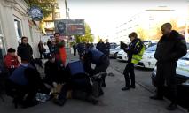 На Днепропетровщинекрайне неадекватный господин нападал на прохожих и дрался с полицейскими (Видео 18+)