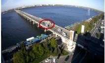 Новый мост в Днепре остался без охраны полиции, теперь по нему ездят все