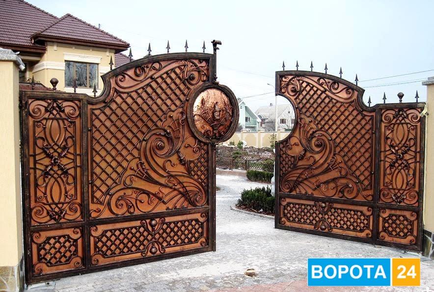 как скооперировать кованые ворота и дерево