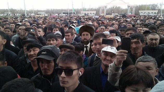 После Николаса Кейджа решено дарить чапаны всем почётным гостям Казахстана