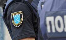 Работа полиции Днепра: газ в авто, наручники и разбитое лицо