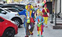 По Днепру ходили клоуны, развлекающие детей в больницах города