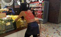 Голая активистка разбрасывала конфеты и ставила ультиматумы президенту Украины