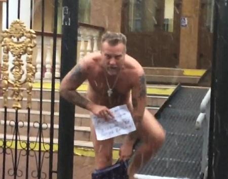 Антин Мухарский разделся иповесил свои трусы надвери Оболонского суда столицы Украины