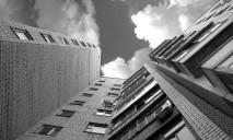 В Днепре спасают беднягу, несколько раз падавшего с окна многоэтажки