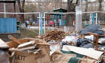 Десять малышей оказались в мусорном баке