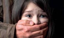 Мужчина развратил 7-летнюю девочку