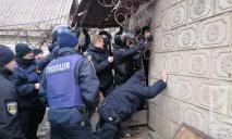 Угрозы, топор, слезоточивый газ: видео штурма и задержания
