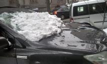 В Днепре снег разбил стекло автомобиля