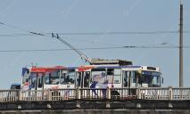 В Днепре троллейбус оказался на грани падения с моста