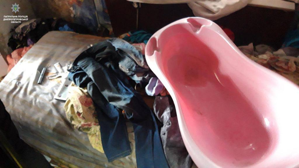Новости Днепра про В Днепре в «горе мусора» нашли маленького ребенка