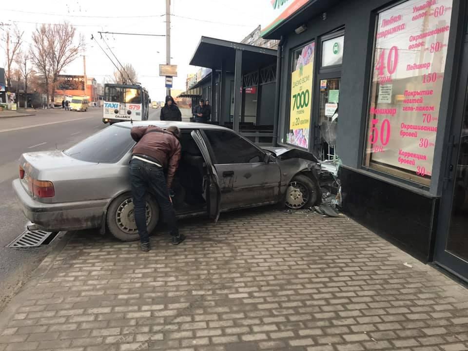 Новости Днепра про ДТП в Днепре: автомобиль влетел в витрину офиса