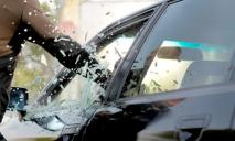 В центре Днепра посреди дня обокрали автомобиль прямо под камерами