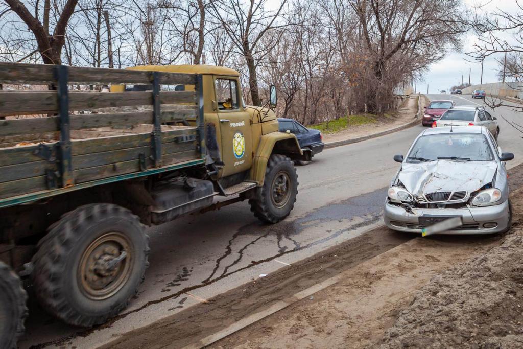 Новости Днепра про В Днепре иномарка столкнулась с грузовиком