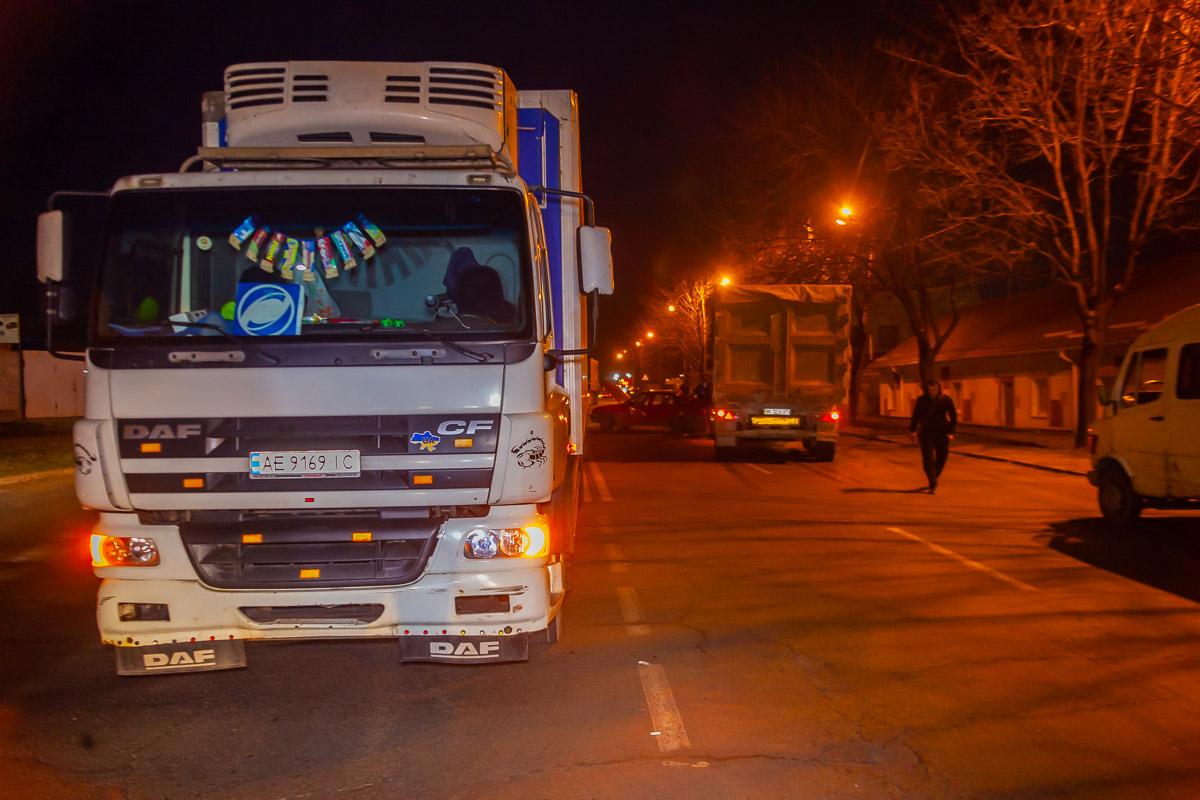 Новости Днепра про ДТП в Днепре: авто столкнулось с 2 грузовиками