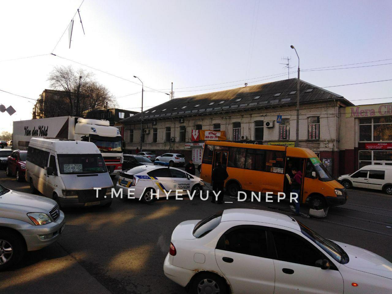 Новости Днепра про В Днепре полицейский «Prius» столкнулся с маршруткой
