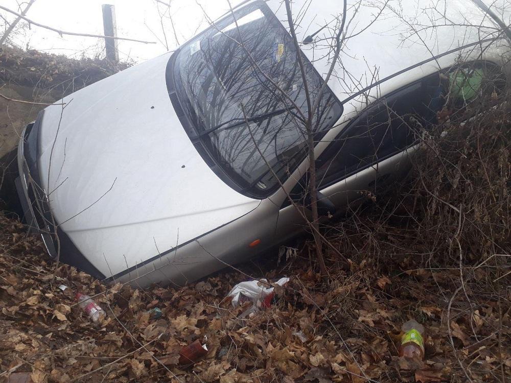 Новости Днепра про Плохие дороги: из-за ямы иномарка слетела  в кювет