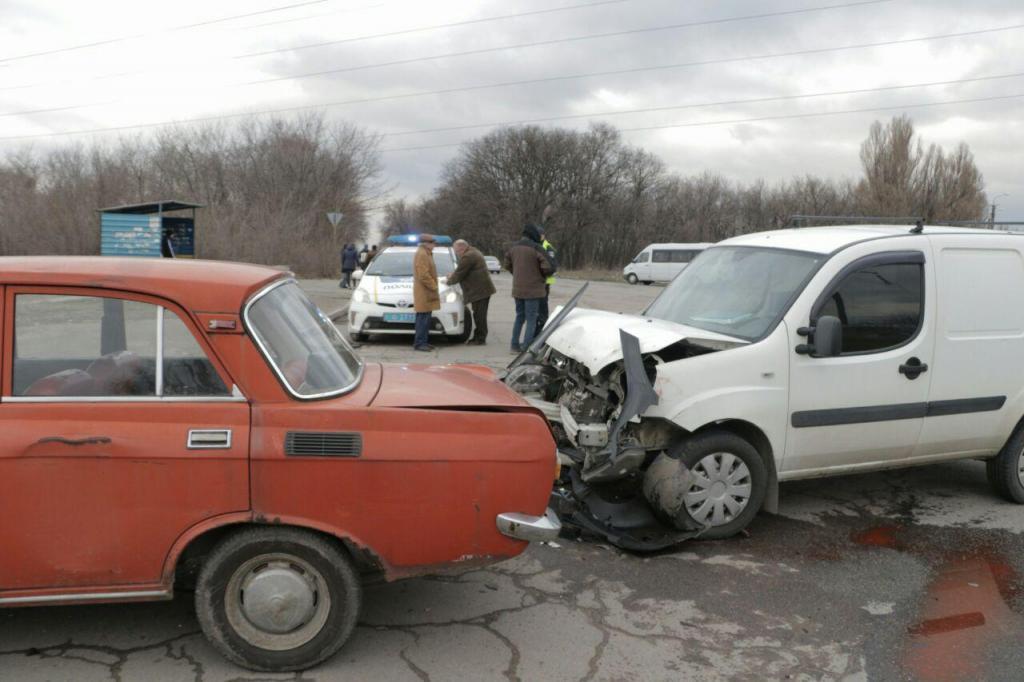 Новости Днепра про ДТП: два автомобиля «не поделили» дорогу