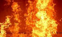 Пожарные машины и много людей: в Днепре в жилом доме боролись с огнем