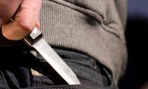 В Днепре дебошир бросил нож в семейную пару, отдыхающую в кафе