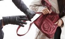 Нигде не безопасно: людей грабят посреди Вокзальной площади Днепра