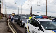 На мосту в Днепре столкнулись иномарки: есть пострадавший