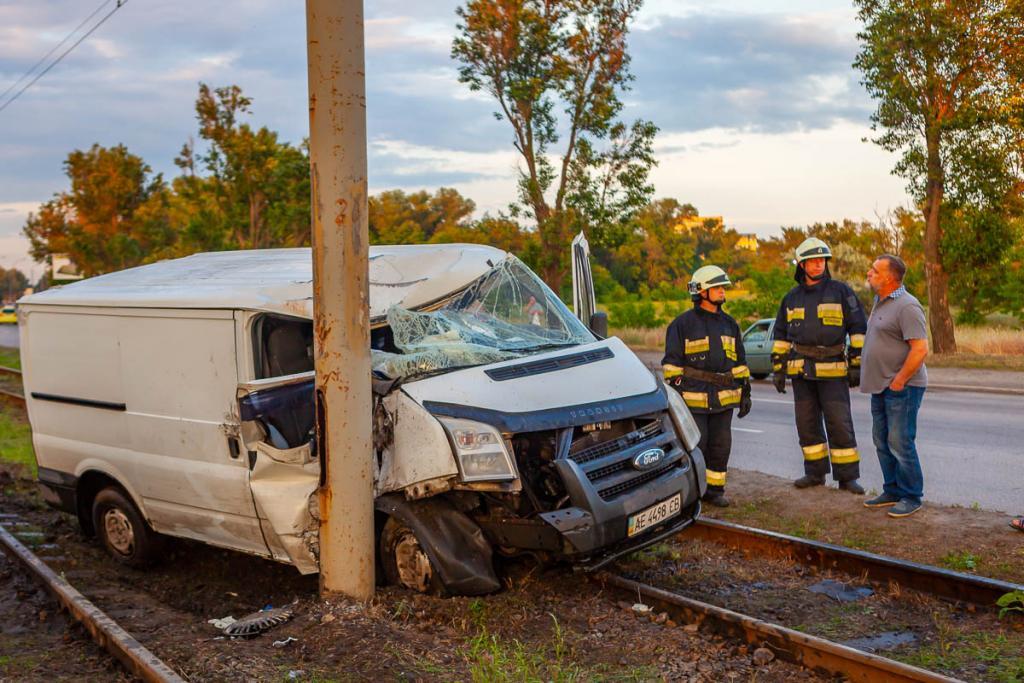 Авто выехало на рельсы: пострадал человек. Новости Днепра